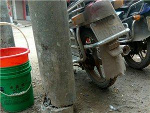 富顺县这个地方的交通三叉路中间电杆已断几个月了