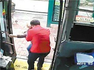 """16日,一位广州老人因脚痛无法上车,公交司机许绍祥用""""熊抱""""将老人抱上车,并一路看护直至下车。"""