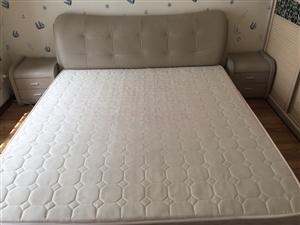 欧瑞品牌 真皮软床 现代时尚简约风格大床 宽1.8m长2.0m 一个床 一个床垫 两个床头柜 八成新...