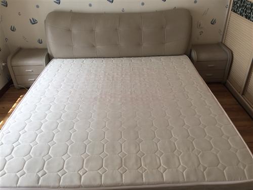 歐瑞品牌 真皮軟床 現代時尚簡約風格大床 寬1.8m長2.0m 一個床 一個床墊 兩個床頭柜 八成新...
