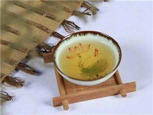 茶不外两种姿势,浮、沉;饮茶人不外两种姿态,拿起、放下。人生如茶,沉时安然,浮时漠然,拿得起也需求放