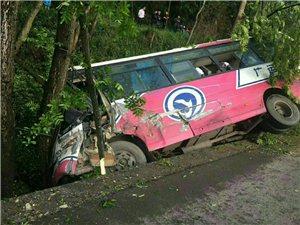 加川至张华的路上一客车翻沟里了