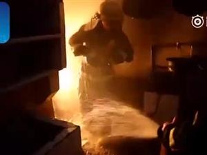 """惊险!火海之中,湖北消防员""""抱火哥""""抢出两个喷火""""炸弹"""""""
