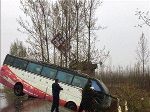 107国道一旅游包车侧滑无人员伤亡