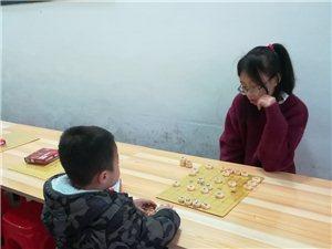美女与萌娃,下棋的孩子最可爱!