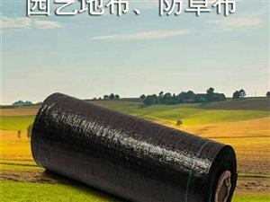 防草布是以聚乙烯PE为扁丝原料然后经园织机织造而成,其特点是重量轻、强度高、延伸率小、整体性好、施工
