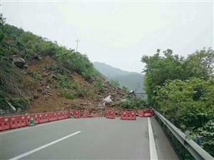 【突发】渝湘高速公路出城方向土坎镇附近(1715KM)边坡滑坡,出城方向道路中断。