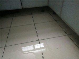 2O18年4月21号下班后厨房,水漫地面。