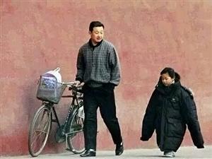 我的家庭相册文/图//昭曦冬天傍晚的街头,一个接女儿放学的父亲,把身上最厚的棉衣脱下给女儿