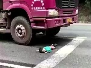 长宁惨烈车祸,两个娃儿一死一伤(视频)