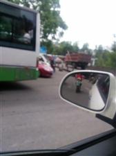 黄洋镇桥头经常是一边停放公交车,另一边停放着大货车,严重影响了其它车辆的转弯视线,因为附近有学校接送