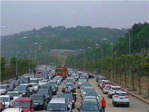 由于凯龙集团内道路大修,路面通过性极差,轿车通行较难,加上大量游客前往圣境花谷,导致道路异常拥堵,提