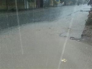大码头镇东燕村自从安装天然气管道后就没有管理排水沟,一下雨路上都成河了,院子里的水都满了,排不出去了
