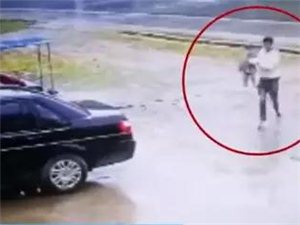 安徽广德一女童独自横穿马路,眼看一辆货车逼近,开车路过的陈先生果断下车抱开女童,并把她安全送回家。