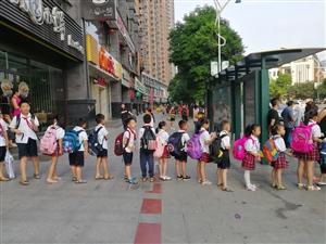 【文明随手拍】铜仁小学生排队上公交,小娃一小步,文明一大步!
