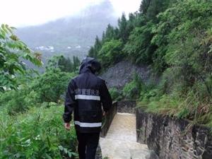 暴雨突袭,武隆城管局奋战在安全出行第一线获点赞。