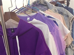 摊位刚兑出 衣服都是新上的 统共70件左右 3000左右上的 如今2000块网外批 摆摊 店里卖都合...