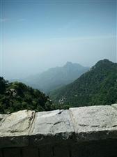 五岳独尊非虚名,站在泰山顶峰,举头空中蓝天白云,不再显的高远,令人心旷神怡。俯首山下烟雾缭绕,觉深不