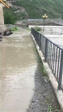 汛期连续大雨,河水上涨,大家注意安全!