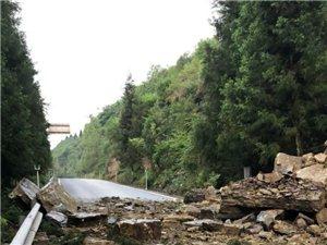 6月3日上午,武隆仙女山门票房下行1公里垮塌,相关部门正在抢修中。请过往的车辆注意观察通行。
