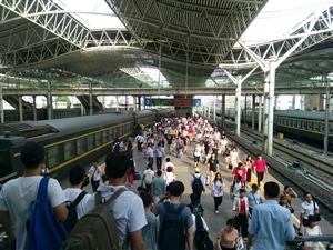 蚌埠火车站来来往往的旅客真多啊