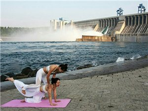 泄洪作背景,瑜伽美哒哒。清晨河边偶遇,蹭几张。