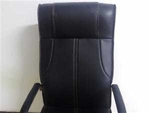 现有九成新老板椅出售260元。鱼缸300元。花80元。公司门面铜牌260元。三星电脑3000元。