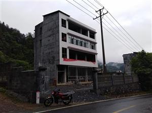 场地出租带门面,一楼三个门面,占地面积一百四十个平方,一楼二楼全框架,另外周围空地总面积约五百多平米