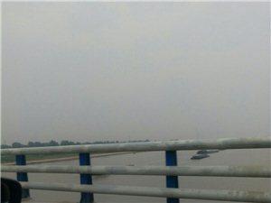 途径美高梅注册淮河大桥看见行驶中的船