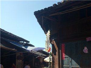 尧坝古镇,有着时代的气息古镇的牌坊前坐立着一对威严的雄狮婀娜多姿的少女打着五彩的油纸伞走在古镇的