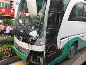「突发」珠海人民西路发生交通事故,旅游巴士被撞骑在路边绿化带