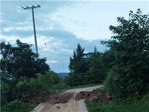 歧坪镇五一村道路被修房者破坏,成泥泞路下雨难行!