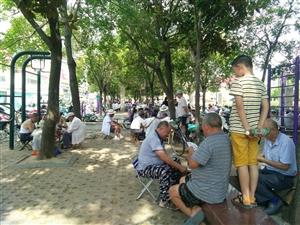 美高梅注册青年圩广场休闲娱乐的人很多