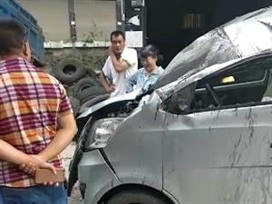 清平岔路口刚刚发生翻车