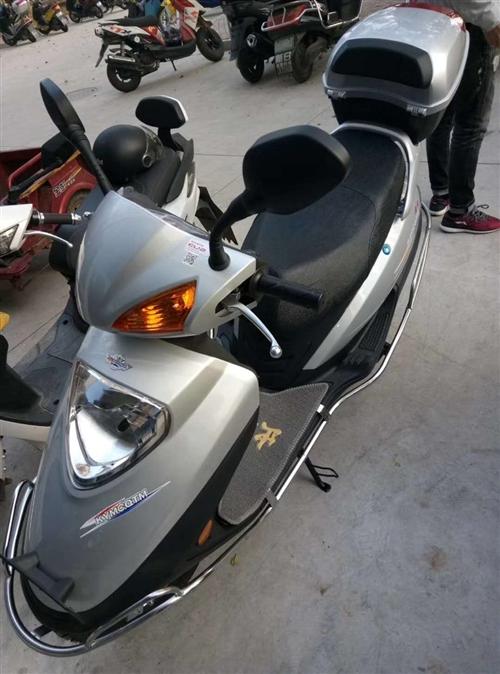 購置半年的宇鉆摩托車,九成新,有購買憑證,附送頭盔雨衣和車鎖,一黑一銀色,每臺2200,價格可小刀