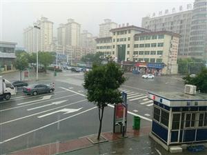 今天下雨了大家出行注意脚下安全