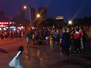 汉中人自娱自乐也舍得投入!昨晚拜将坛广场手机摄影。唱得不错,音响