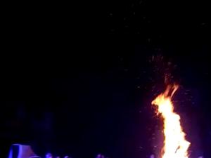 清江月光夜,十里篝火狂。