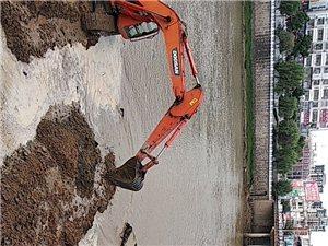 小黄河大桥旁边的挖土机作业是准备干什么啊?修大桥?还是做拦水大坝?