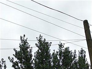 乡村电线裸露外面,下雨天电人,人无法出行,乡中老人空调成摆设,机器无法运转,伏天要来,是不是热死一两