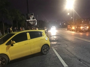 碧桂园凤凰湿地公园边上重大车祸,搅拌车连撞4车,一新奔驰基本报废。