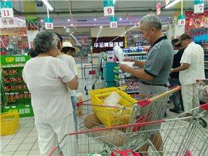 大家都趁着早上凉快来超市买东西
