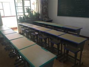 辅导班自用桌椅,九成新,30套,价格美丽,原价120元/套,2.1*1.2黑白版,200一个