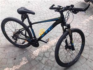 出一台99新 18款捷安特XTC800山地自行车 配置上百度,准新车18年3月买的发票价3300多...