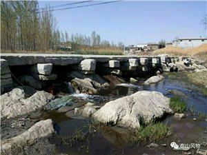 �A�S�西故城村�|�^的故城河,河水��流淌,年年不息。河面上有一座用石板做成的石�颍�透著�v史的厚重。