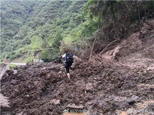 略阳民警攀岩跨河徒步50多公里前往五龙洞救灾
