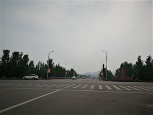 澳门地下赌场网站迎春街与滨河路交叉口,迎春大桥处红绿灯已多日不亮!不知道是归哪个部门管?
