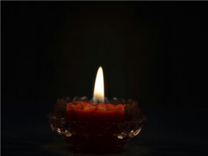 不惊扰别人的宁静,就是慈悲;不伤害别人的自尊,就是善良。人活着,发自己的光就好,不要吹灭