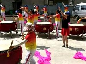 今天这么热的天,这是康乐艺术团队在火锅店开业演出,这种精神值得学习!