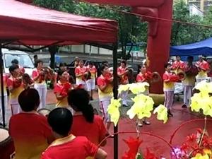 康乐艺术团!在老凤祥西祝火锅店开业庆典演出,在这高温下她们还坚持演出,这种精神值得学习。为康乐的领导